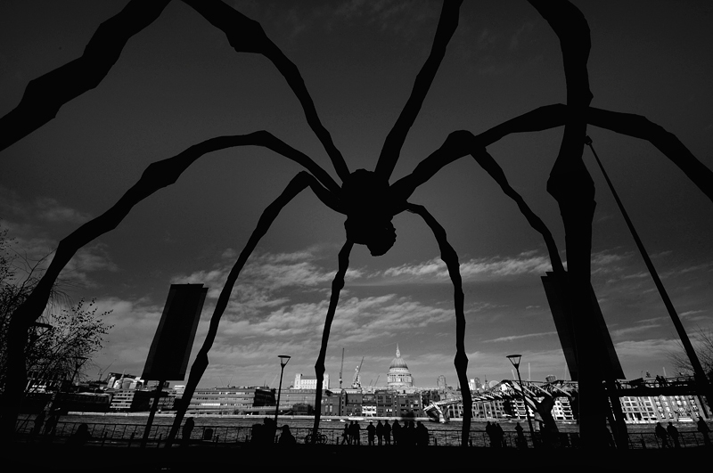 Louise Bourgeois (MAMAN) outside the Tate Modern London:Black and White Photo-185