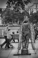 Man with long arms - London:Black and White Photo-269