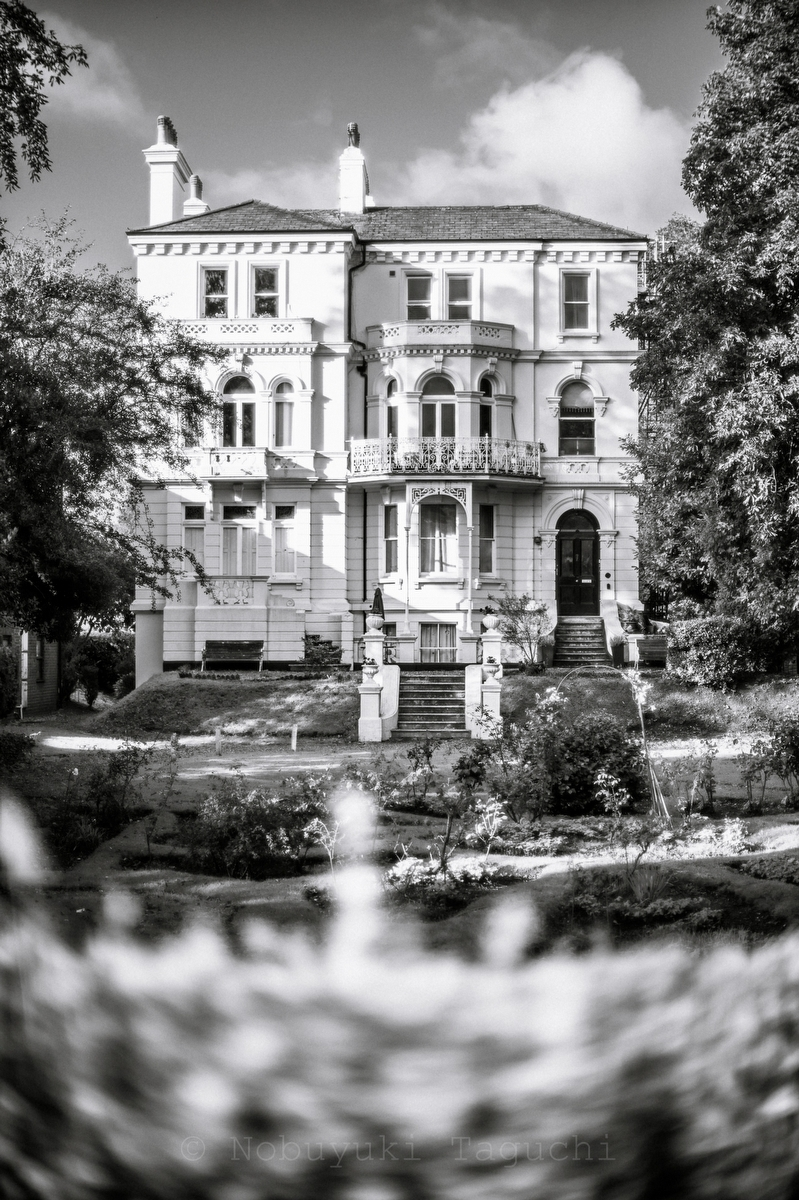 Enlish house near river thames:Black and White Photo-742